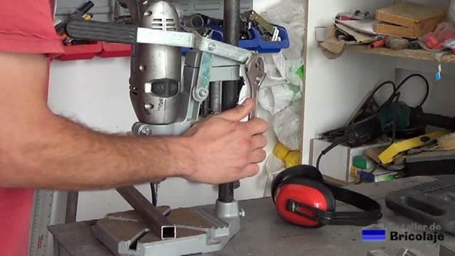 ajustando la altura del taladro en el soporte