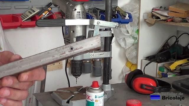 agujero realizado en el cuadradillo de hierro con el soporte para el taladro
