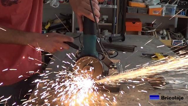 cortando con el cuadradillo de hierro de 20 x 20 mm
