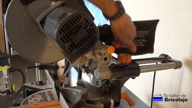 soltando el sistema de apriete para poder cortar de forma telescópica
