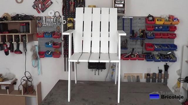 silla de terraza hecha con palets de forma casera
