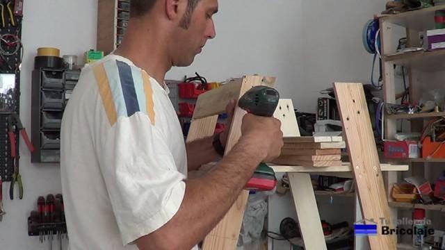 haciendo agujeros avellanados para sujetar las piezas que formarán la sillas de terraza