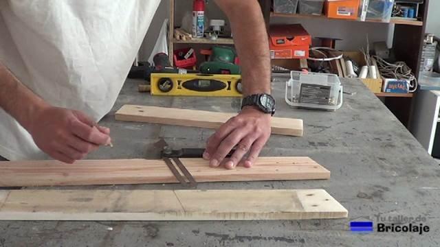 trasladando el ángulo a la madera de palet con la falsa escuadra