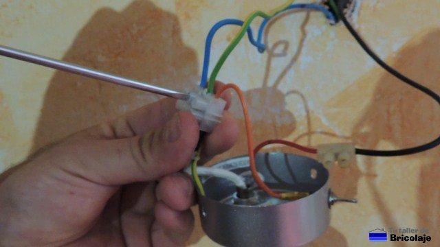 realizando las conexiones para alimentar la lámpara