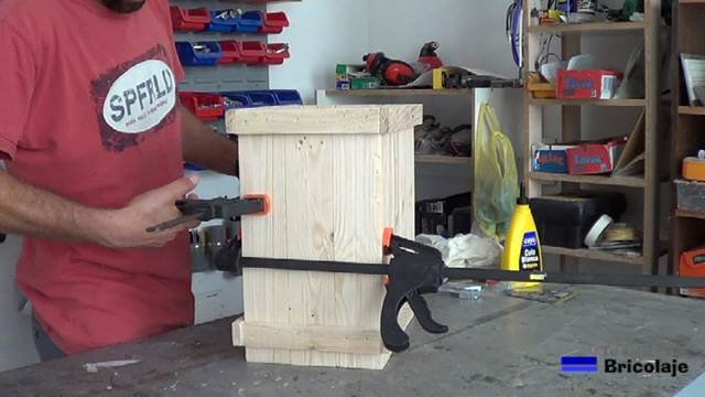 uniendo el frontal y lateral para montar el cubo de basura