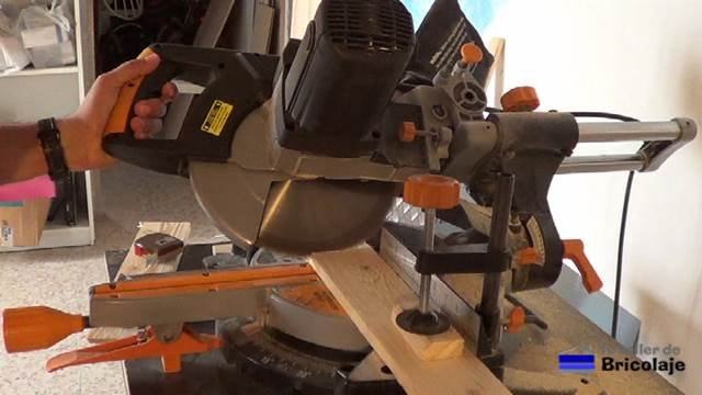 cortando a bisel la madera de palets para hacer la tapa o cubierta del cubo de basura