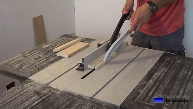 preparando la madera de palets para hacer el cubo de basura