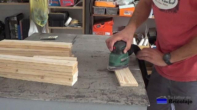 lijando la madera de palets para hacer el cubo de basura