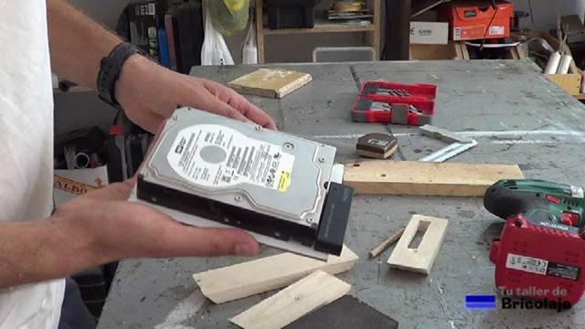 disco duro sujeto al cartón piedra