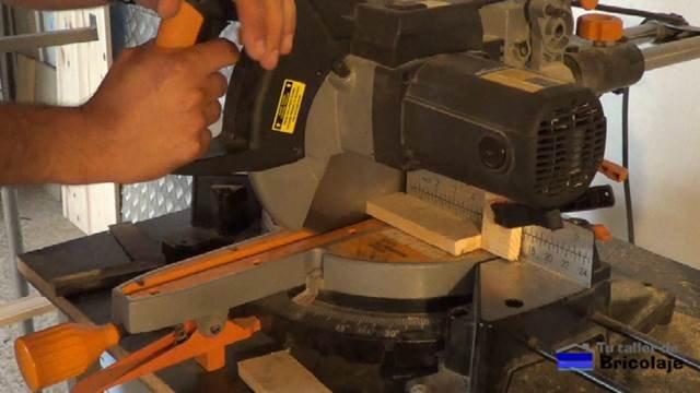 cortando la madera preparada de palets