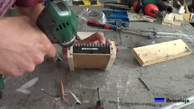 perforando para insertar las tuercas de embutir