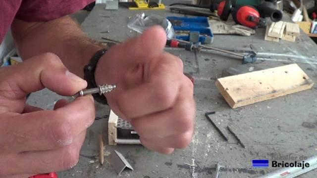 tuercas de embutir en la madera