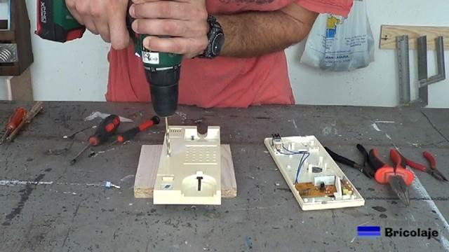 abriendo el agujero en la carcasa del telefonillo para colocar el interruptor de palanca