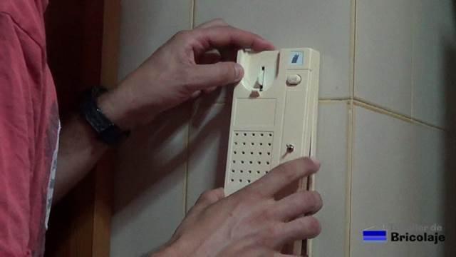 colocando la carcasa externa a la base del telefonillo