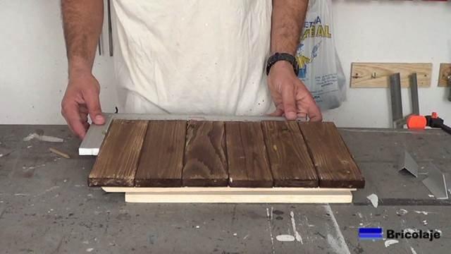 escuadrando la madera de palé para hacer la bandeja