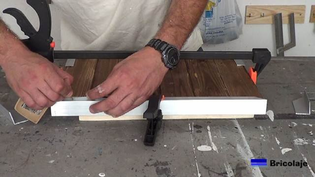 marcando el lugar donde perforar para poder sujetar la madera de palé