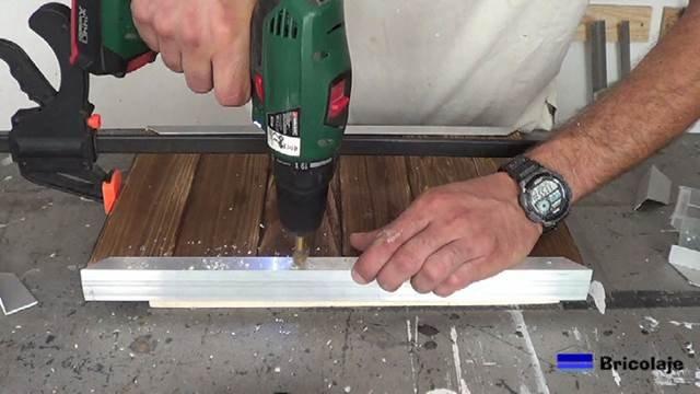 avellanando los agujeros para poder sujetar mediante tornillos la madera de palé a los ángulos de aluminio
