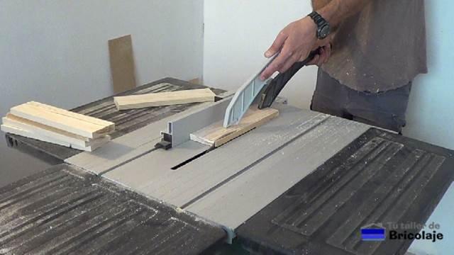 repasando la madera de palé para dejarla al mismo ancho