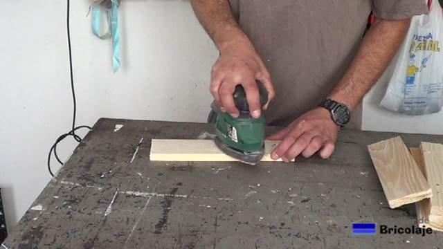 lijando la madera de palé