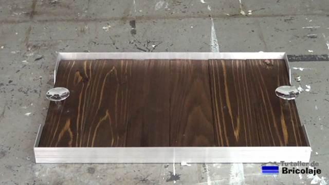 bandeja de madera de palé y ángulos de aluminio para llevar la comida