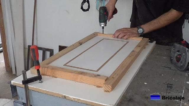 retirando el listón inferior para poder extraer la madera