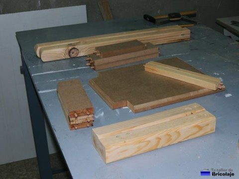 piezas de madera con los tarugos colocados