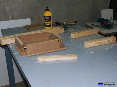 las piezas preparadas para comenzar a ensamblar la silla de madera