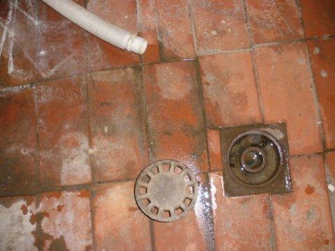 vista del desagüe y del tubo de la lavadora