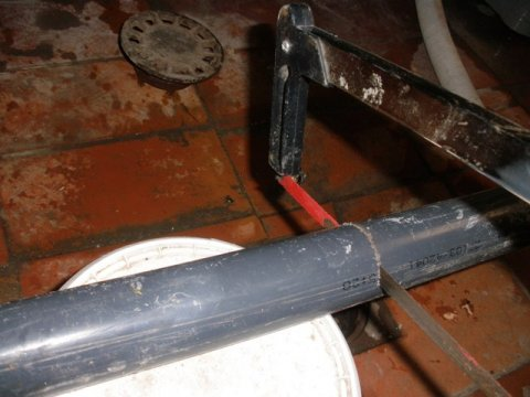cortando el tubo con la sierra a la medida necesaria