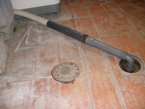 tubo construido para la evacuación de aguas sucias desde la lavadora hacia el desagüe