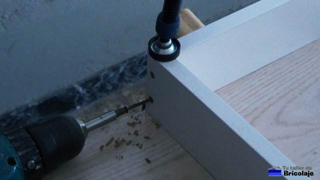 atornillando las partes que forman el bastidor del armario empotrado