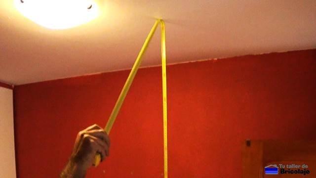 midiendo la altura del lugar donde instalar el armario empotrado