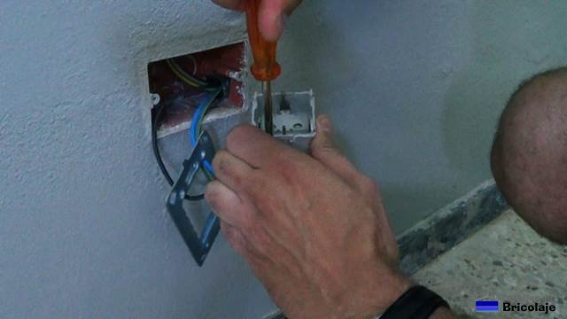 conectando los cables al enchufe