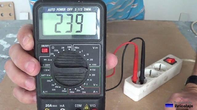 midiendo corriente alterna a 220 voltios