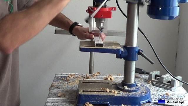 perforando el cuadradillo de aluminio que hará de tope