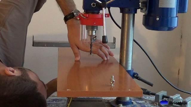 marcando para sujetar la plantilla a la mesa del taladro o soporte