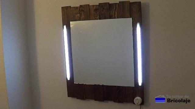 C mo hacer un espejo de palets y leds 2 2 for Espejos decorativos para pegar en la pared