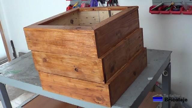 C mo hacer una jardinera con madera de palets 2 2 - Jardineras de madera caseras ...