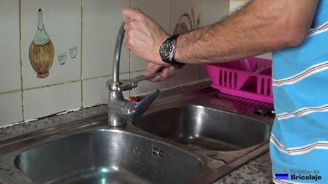 C mo reparar un grifo de cocina que pierde agua for Como reparar la llave dela regadera