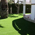Instalar césped artificial en el jardín: ventajas y consejos