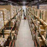 Organizando un almacén con estanterías metálicas